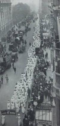 """Manifestação pelo<a href='http://https://acervo.estadao.com.br/noticias/acervo,quem-foram-as-sufragistas,11940,0.htm' target='_blank'>direito ao voto</a>reuniu milhares de mulheres nas ruas de Londres em 14/6/1913. Manifestantes levam um estandarte com os dizeres """"Give me liberty or give me death"""" (""""Me dê liberdade ou me dê a morte"""")."""