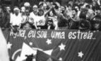 O candidato àPresidência pelo PT, Luiz Inácio Lula da Silva segura a mão da esposa, Marisa Letícia, durante comício de campanha em São Paulo, 13/11/1989