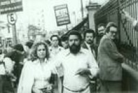 O líder sindical dos metalúrgicos,<a href='http://acervo.estadao.com.br/noticias/acervo,a-trajetoria-politica-de-lula,12132,0.htm' target='_blank'>LuizInácio Lula da Silva</a>e sua esposa Marisa Letíciadeixam o prédio daAuditoria da Justiça Militar, em São Paulo, após julgamento do sindicalistaem 19/11/1981