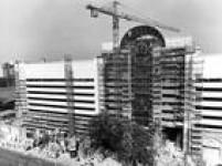 Obras de reforma e ampliação do<a href='http://acervo.estadao.com.br/noticias/acervo,predios-de-sao-paulo-shopping-iguatemi,9446,0.htm' target='_blank'>Shopping Center Iguatemi</a>, zona sul da capital paulista, 13/9/1988. OIguatemi,<a href='http://acervo.estadao.com.br/noticias/acervo,como-era-sao-paulo-sem-shopping-center,8914,0.htm' target='_blank'>primeiro shopping</a>doPaís,introduziu o conceito de centro de compras no Brasil.