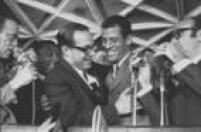 Paulo Maluf e o capitão da seleção tricampeã, Carlos Alberto Torres, durante a entrega dos Fuscas para os jogadores