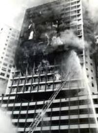 Esguichos de água de alta pressão são usados para combater o incêndio no edifício Joelma, 01/02/1974.