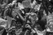 Uma multidão de apoiadores do candidato Tancredo Neves, da Aliança Democrática,acompanha do lado de fora do Congresso em Brasília, a sessão de votação para eleição do novo presidente do Brasil. Brasília, DF, 15/01/1985.Ao final, o deputado Tancredo Neves (PMDB) derrotou o candidato Paulo Maluf (PDS) por 480 votos contra 180, se tornando o novo comandante do Executivo no País.