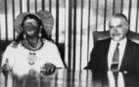 O cacique caiapó<a href='http://acervo.estadao.com.br/pagina/#!/19900111-35247-nac-0020-999-20-not/busca/Raoni%20Sarney' target='_blank'>Raoniao lado do presidente José Sarney</a>durante encontro em Brasíliaem 1990