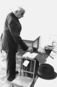 Eleitor deposita seu voto em urna durante as eleições para presidente de 1989, São Paulo, SP. 15/11/1989.