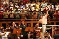 O maestro John Neschling (e) é visto durante ensaio da OSESP.
