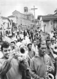 Bloco carnavalesco desfila pelas ruas da Vila Esperança, na zona leste da capital paulista,1967