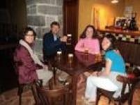 Alguns amigos que Juliana e Cristina fizeram no Caminho: Mike, Olivia (de rosa) e Natsumi (de azul).