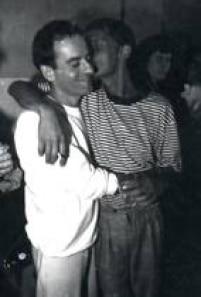 Ney Matogrosso, personagem sempre presente na vida de Cazuza - desde os tempos de Barão Vermelho - em momento de carinho com ele. O cantor ainda foi o diretor do espetáculo do show do LP 'Ideologia' e também iria dirigir o seguinte, 'O Tempo Não Pára'.