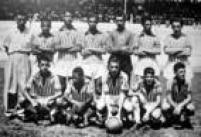 Aos 14 anos, Peléfoi campeão invicto pelo time juvenil do Bauru Atlético Clube, o Baquinho, e pela primeira vez sua foto foipublicada em um jornal de grande circulaçãoo, A Gazeta Esportiva. Pelé éo segundo da esquerda para a direita, agachado.São Paulo, Bauru, 10/02/1954.