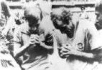 O jogador Gérson da Seleção Brasileira reza junto com um torcedor após Brasil vencera final da Copa de 1970, no Estádio Azteca, Cidade do México, México, 21/6/1970.