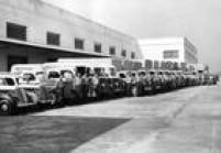 Caminhões da Sears aguardamcarregamento, em 1955