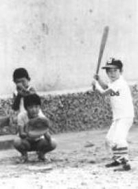 Na rua,crianças jogam<a href='http://acervo.estadao.com.br/pagina/#!/19970514-37828-spo-0111-sbs-z3-not/busca/JOGO%20TACO' target='_blank'>taco ebeisebol</a>. Foto: 15/4/1974
