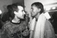 Cazuza e Kiko Zambianchi nos bastidores do show de lançamento do disco 'Ideologia', em 1988.