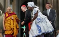 O líder espiritual tibetanoDalai Lama Tenzin Gyatso participa de ato ecumênico na Praça daSé, no centro de São Paulo, do qual participaram também Dom Cláudio Hummes e Henry Sobel,São Paulo, SP. 29/4/2006.