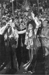 A cantora<a href='http://acervo.estadao.com.br/pagina/#!/19700214-29096-nac-0009-999-9-not/busca/Janis' target='_blank'>Janis Joplin</a>diverte-se no<a href='http://economia.estadao.com.br/blogs/jpkupfer/minha-noite-com-janis-joplin-no-carnaval/' target='_blank'>carnaval do Rio de Janeiro</a>,1970