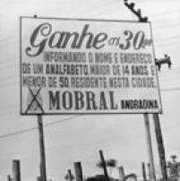 Placa do<a href='http://acervo.estadao.com.br/pagina/#!/19750508-30709-nac-0114-999-114-not/busca/Mobral' target='_blank'>Mobral - Movimento Brasileiro de Alfabetização</a>-emAndradina (SP), no ano de 1972. Criado durante a ditaduramilitar para tentar acabar com o anlfabetismo entre jovens e adultos no País, o programa que durou 15 anos<a href='http://brasil.estadao.com.br/noticias/geral,mobral-fracasso-do-brasil-grande-imp-,606613' target='_blank'>não atingiuseus objetivos</a>. Foto: Acervo/Estadão.