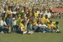 Jogadores e comissão técnica da Seleção Brasileira posam para foto comemorando a conquista do título na Copa do Mundonos Estados Unidos, 17/7/1994.