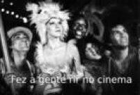 Os humoristas cantam e dançam com a atriz Lucinha Lins em cena do filme <a href='http://https://www.youtube.com/watch?v=3rIp1ge_CQ8' target='_blank'>Os Saltimbancos Trapalhões de 1981</a>.