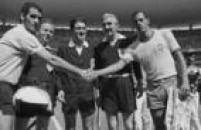 Os jogadores capitães das equipes, Matosas (e), do Uruguai, e Carlos Alberto Torres, do Brasil, se cumprimentam antes do início da partida válida pela semifinal da Copa do Mundo de 1970, no estádio Jalisco, em Guadalajara, no México,17/6/1970