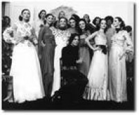 <a href='http://acervo.estadao.com.br/noticias/acervo,fotos-historicas-clodovil-entre-rendas-e-babados,10930,0.htm' target='_blank'>Clodovil Hernandes e suas modelos</a>após desfile em 1971. Além de apresentador polêmico e político extravagante, foi também estilista da alta costura
