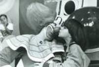 """""""Dá uma bitoca no meu nariz"""",<a href='http://acervo.estadao.com.br/pagina/#!/19860125-34020-nac-0014-999-14-not/busca/palha%C3%A7o+Bozo' target='_blank'>palhaço Bozo</a>com uma criança em seu programa no SBT em 1985"""