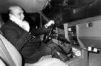 Primeiros aparelhos de<a href='http://acervo.estadao.com.br/pagina/#!/19890114-34938-nac-0009-999-9-not/busca/Telefonia%20m%C3%B3vel' target='_blank'>telefone móvel</a>foramprojetados para serem usados em automóveis, como nesta foto de 1989