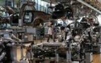 Trabalhador caminha junto ao maquinário no interior da Glaeserne Manufaktur, em Dresden.