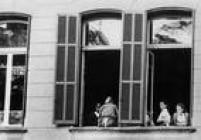 Jovens conversam na janela do prédio do Colégio Des Oiseaux, em 1966. A escola para moças, criada por religiosas belgas, funcionou por 64 anos no edifício que ficava na esquina da Rua Augusta com a Rua Caio Prado