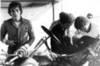 O<a href='http://acervo.estadao.com.br/noticias/personalidades,ayrton-senna,506,0.htm' target='_blank'>piloto Ayrton Senna</a>ao lado de seu kart, 1987