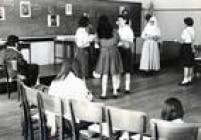Professora, freira e alunas do colégio Des Oiseaux realizam atividade em sala de aula, em 1966