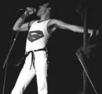 Freddie Mercury em<a href='http://https://acervo.estadao.com.br/pagina/#!/19810317-32518-nac-0048-999-48-not' target='_blank'>show do Queen no Brasil em 1981</a>.