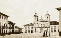 Largo da Sé em 1860. No plano médio, à esquerda, a Rua da Fundição, atual Rua Floriano Peixoto, com parte do Solar da Marquesa de Santos no fundo; no centro, a Igreja de São Pedro das Pedras.