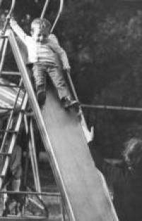 Na foto de 1968, criança brinca em escorregador na<a href='http://acervo.estadao.com.br/pagina/#!/19650103-27517-nac-0018-999-18-not/busca/Cidade+Crian%C3%A7a' target='_blank'>Cidade da Criança</a>, em São Bernardo do Campo
