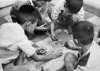 Crianças jogam<a href='http://acervo.estadao.com.br/noticias/acervo,a-febre-das-figurinhas,10112,0.htm' target='_blank'>'bafo'com figurinhas</a>em foto de 1963