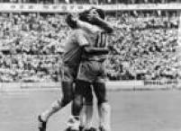 Os jogadores Jairzinho (e), Tostão (c) e Pelé (camisa 10), comemoram o gol de Jairzinho, contra o Uruguai, durante as semifinais da Copa do Mundo do México, no estádio Jalisco em Guadalajara, 17/6/1970.