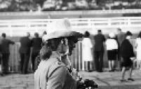 Mulher comparece ao Grande Prêmio de Turfe de São Paulo, realizado no Jockey Club, em 1967.
