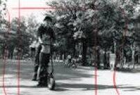 Jovem mostra à criança como funciona patinete motorizada, Parque do Ibirapuera, São Paulo, SP, 03/7/1988.