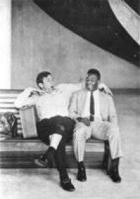 Em uma viagem da Seleçãoo Brasileira, Pelese diverte com um sonolento Bellini, capitão do time, Rio de Janeiro, RJ, 21/5/1960. Os dois foram campeões mundiais em 1958.
