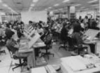 Funcionários da Serpro, em São Paulo, esperam a chegada dos mapas eleitorais para iniciar o processamento dos dados das eleições em 1982.