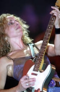 A cantora, compositora e instrumentista Sheryl Crow se apresenta durante show no Rock in Rio III, 20/01/2001.