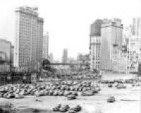 Carros estacionados na Praça da Bandeira com Viaduto do Chá ao fundo em 1950