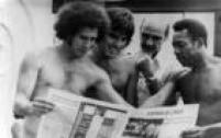 Os jogadores Miguel e Mazzaropi, o técnico Mário Travaglini e Peléleem o Estadão, década de 1970.