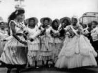 Foliões se divertem no carnaval de rua no bairro da Vila Esperança, em São Paulo, 1964