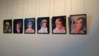 No Palácio de Kensington, onde Lady Di viveu, a exposição 'Diana: Her Fashion Story' conta um pouco da trajetória pessoale profissional da Princesa de Gales em duas salas