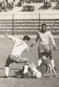 Os jogadores brasileiros Garrincha (e) e Pelé (d), disputam lance com zagueiro da Seleçãodo México na estreia do Brasil na Copa. Brasil venceu o confronto por 2 a 0 com gols de Zagallo e Pelé, 30/5/1962.