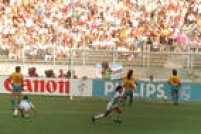 Argentinos coemoram o gol da vitória argentina, de 1 a 0, sobre o Brasil nas oitacas de final, 24/6/1990. Caniggia marcou o gol que definiu a partida e eliminou o Brasil da Copa do Mundo de Futebol na Itália.