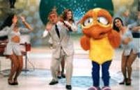 """Durante seu programa de TV , o apresentador Gugu Liberato faz a coreografia da """"Dança do Piu Piu"""", estúdios do SBT, São Paulo, SP. 08/12/1997."""