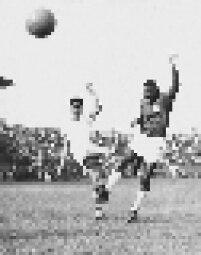 Hilton, do América, de São José do Rio Preto, disputa lance com Djalma Santos, da Portuguesa de Desesportos, em jogo válido pelo Campeonato Paulista, realizado no estádio do Canindé