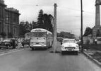 <a href='http://acervo.estadao.com.br/noticias/acervo,no-meio-do-caminho-tinha-um-poste,11500,0.htm' target='_blank'>Poste colocado no meio da avenidaTiradentes</a>, entre a Pinacoteca do Estado e o local onde estava o monumento a Ramos de Azevedo na foto de 4/12/1957